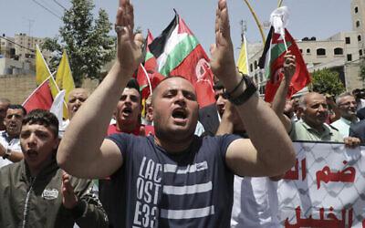 من الأرشيف: فلسطينيون من أنصار حركة فتح يتظاهرون في مدينة الخليل بالضفة الغربية، 5 يونيو، 2020. (Hazem Bader / AFP)