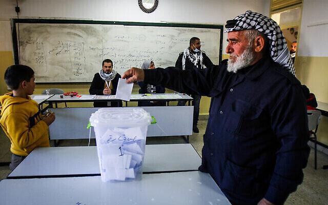 توضيحية: فلسطيني يدلي بصوته خلال انتخابات لحركة فتح في منطقة نابلس، في ضواحي مدينة نابلس بالضفة الغربية، 23 يناير، 2021. (Nasser Ishtayeh / Flash90)