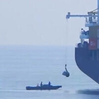 """زورق مشبوه قبالة مؤخرة السفينة الإيرانية """"سافيز"""" في البحر الأحمر عام 2018.  (Al Arabiya video screenshot)"""
