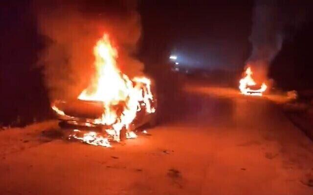 """إحراق مركبات في قرية بيت إكسا الفلسطينية بالقرب من القدس في هجوم """"تدفيع ثمن"""" مفترض، 28 أبريل، 2021. (Screenshot: Twitter)"""