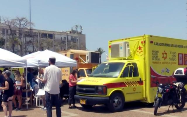 مئات الإسرائيليين يصطفون للتبرع بالدم بعد حادث التدافع المميت في جبل ميرون، 30 أبريل، 2021. (Screenshot: Channel 12)