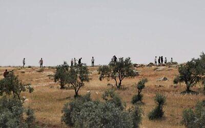 مستوطنون يهاجمون كما يُزعم فلسطينيين في منطقة جبل الخليل بجنوب الخليل بالقرب من بلدة التواني الفلسطينية، 24 أبريل، 2021. (Eyal Huravni / B'Tselem)