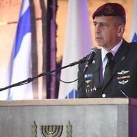رئيس هيئة أركان الجيش الإسرائيلي أفيف كوخافي يلقي كلمة خلال مراسم ذكرى في المقبرة الوطنية في جبل هرتسل في القدس، 11 أبريل 2021 (Israel Defense Forces)