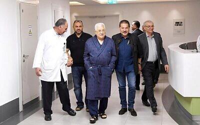 رئيس السلطة الفلسطينية محمود عباس يتجول في المستشفى في 21 مايو، 2018. (لقطة شاشة: Twitter)