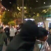 اشتباكات في وسط القدس في 22 أبريل 2021 (screen capture via Twitter)