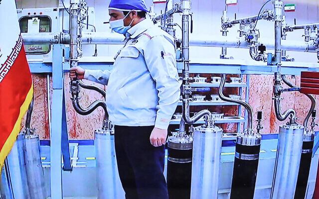لقطة شاشة نشرها مكتب الرئاسة الإيرانية يوم السبت 10 أبريل تظهر مهندس داخل محطة تخصيب اليورانيوم في نطنز (Iranian Presidency/AFP)