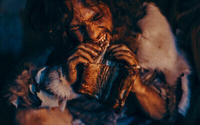 توضيحية: زعيم قبيلة قديم يأكل اللحم. (iStock/Getty Images)