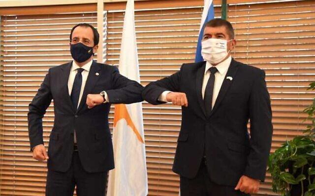 وزير الخارجية غابي اشكنازي (يمين) يلتقي بنظيره القبرصي نيكوس كريستودوليدس في القدس، 14 فبراير 2021 (Foreign Ministry)