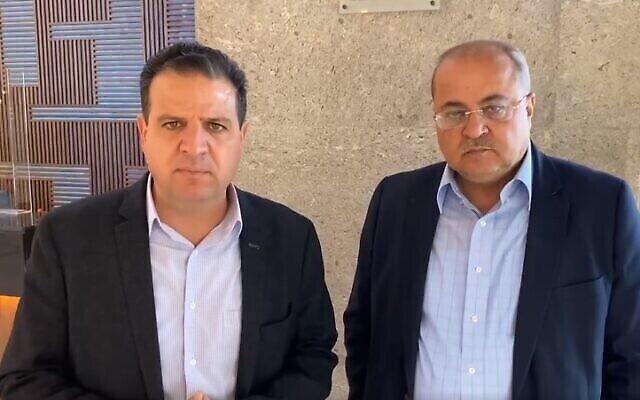أيمن عودة وأحمد الطيبي من القائمة المشتركة يدليان ببيان بعد لقائهما مع زعيم حزب يش عتيد، يائير لابيد، في تل أبيب ، 1 أبريل، 2021. (Screen grab