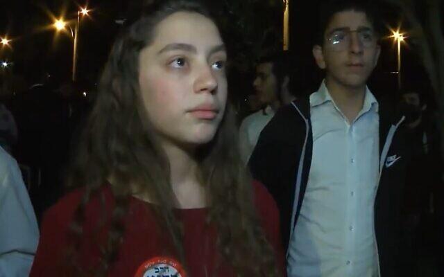 """امرأة تقول إنها لا تريد حرق العرب لكنها تريد طردهم، في مقابلة مع قناة """"كان""""، 22 أبريل 2021 (Screen grab)"""