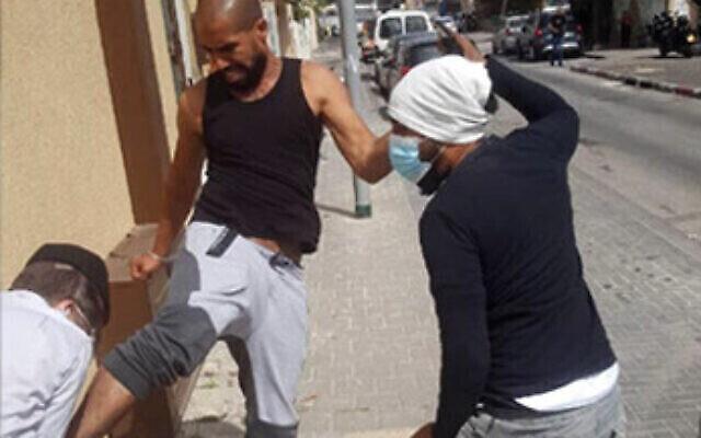 تصوير اثنين من سكان يافا وهما يقومان بالاعتداء بالضرب على الحاخام إلياهو مالي في 18 أبريل، 2021.   (Courtesy)