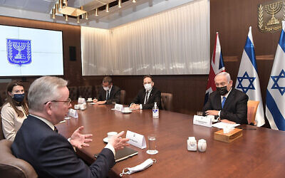 رئيس الوزراء بنيامين نتنياهو (يمين) يلتقي بوزير الحكومة البريطاني مايكل غوف في مكتب رئيس الوزراء في القدس، 20 ابريل 2021 (Kobi Gideon / GPO)