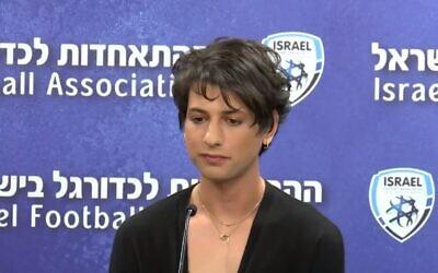 حكم كرة القدم في الدوري الإسرائيلي الممتاز سابير بيرمان، المعروفة سابقًا باسم ساغي بيرمان، خلال مؤتمر صحفي يوم 27 أبريل 2021 (Screen capture / Twitter)