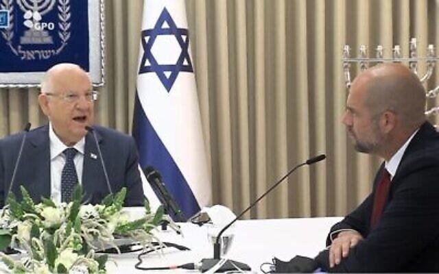 أعضاء من حزب الليكود يلتقون مع الرئيس رؤوفين ريفلين في مقر  رؤساء إسرائيل في القدس في 5 أبريل 2021، حيث بدأ ريفلين بالتشاور مع القادة السياسيين لتحديد المرشح الذي  سيكلفه بمحاولة تشكيل حكومة جديدة. (Yonatan Sindel / Flash90)