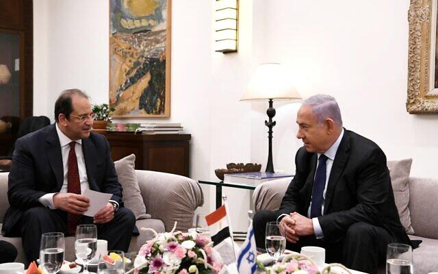 رئيس الوزراء بنيامين نتنياهو يستضيف رئيس المخابرات المصرية عباس كامل في مقر إقامته الرسمي في القدس، 30 مايو، 2021. (Amos Ben-Gershom / GPO)