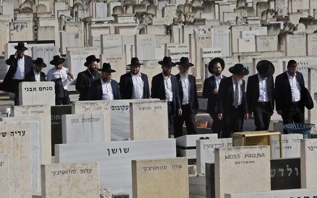 يهود متشددون يحضرون جنازة أحد ضحايا حادث التدافع في جبل ميرون، في مقبرة سيغولا في بيتاح تكفا، 30 أبريل 2021 (GIL COHEN-MAGEN / AFP)