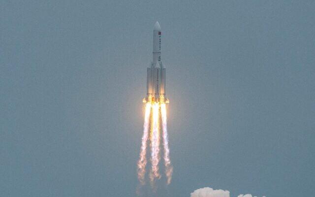 """صورة تم التقاطها في 29 أبريل 2021، تظهر انطلاق صاروخ """"لونج مارش 5 بي""""، الذي يحمل الوحدة الأساسية لمحطة """"تيانخه"""" الفضائية الصينية، من مركز وينتشانغ لإطلاق الفضاء في مقاطعة هاينان جنوب الصين (STR / AFP)"""