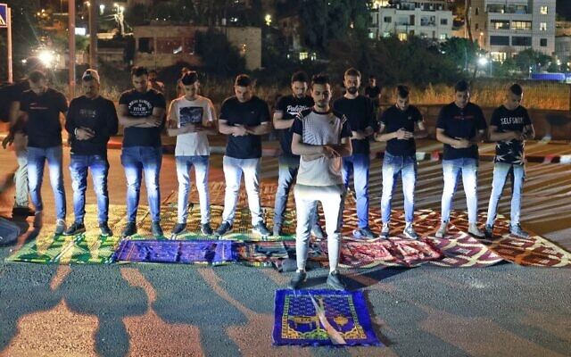 صلاة جماعية في حي الشيخ جراح، القدس خلال احتجاج على محاولات اخلاء عائلات فلسطينية من بيوتها ،  8 مايو 2021 Menahem KAHANA / AFP