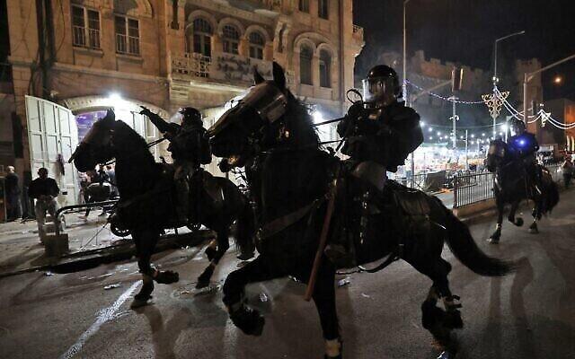 شرطة الخيالة الإسرائيلية تنتشر لتفريق المتظاهرين الفلسطينيين خارج باب العامود في البلدة القديمة بالقدس، 8 مايو 2021 (EMMANUEL DUNAND / AFP)