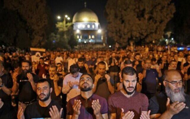 صلاة ليلة القدر في الحرم القدسي وسط احتدام الاشتباكات بين الفلسطينين والشرطة الاسرائيلية في القدس، 8 مايو 2021 ahmad gharabli / AFP