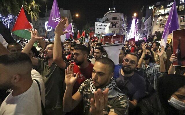 فلسطينيون يتظاهرون في مدينة رام الله بالضفة الغربية في 9 مايو 2021 تضامنا مع العائلات الفلسطينية التي تواجه أوامر إخلاء إسرائيلية في حي الشيخ جراح بالقدس الشرقية. (ABBAS MOMANI / AFP)