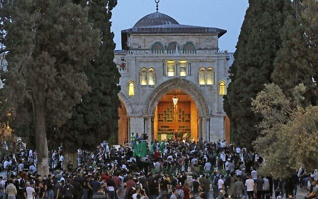 حشد فلسطيني في الحرم القدسي في آخر أيام شهر رمضان 2021 خلال احتدام المواجهات بين الفلسطينيين وقوات الشرطة الإسرائيلية بالتزامن مع 'يوم أورشليم القدس' 10 مايو 2021 (Photo by Ahmad GHARABLI / AFP)