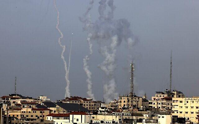 فلسطينيون يطلقون صواريخ من مدينة غزة باتجاه اسرائيل، 10 مايو، 2021. (Mahmud Hams / AFP)