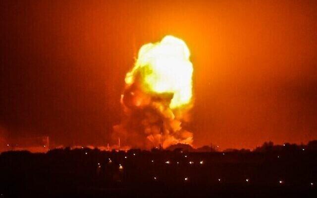النيران تتصاعد جراء ضربات جوية إسرائيلية على رفح جنوب قطاع غزة، 11 مايو، 2021. (SAID KHATIB / AFP)