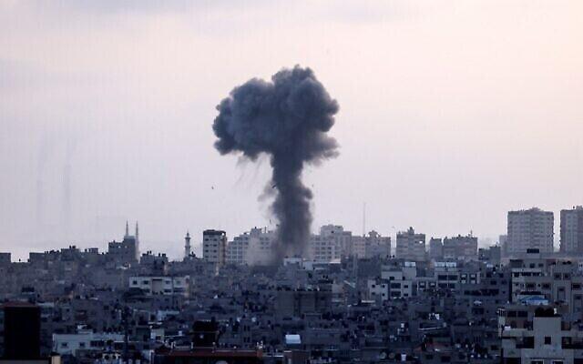 الدخان يتصاعد جراء ضربات الجوية الإسرائيلية في قطاع غزة، الذي تسيطر عليه حركة حماس الفلسطينية، 11 مايو، 2021. (MAHMUD HAMS / AFP)