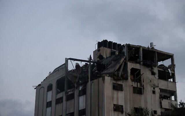 تدمير أجزاء من مبنى سكني في أعقاب غارات جوية إسرائيلية على قطاع غزة، 11 مايو، 2021. (MOHAMMED ABED / AFP)