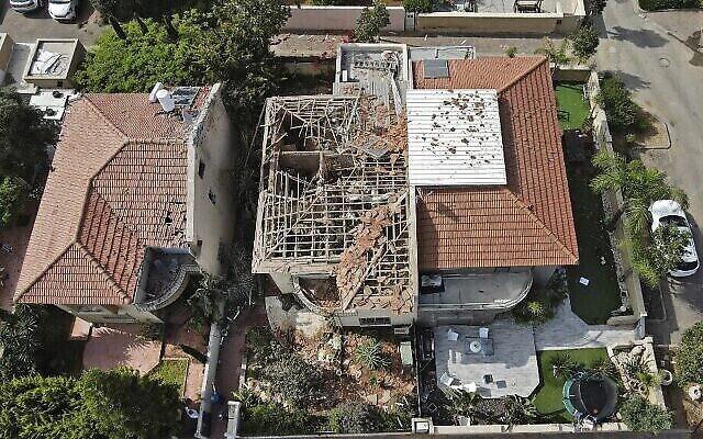 صورة من الجو لمنزل في أشكلون  الذي لحقت به بأضرار  جسيمة جراء إصابته بصاروخ أطلق من غزة في 11 مايو 2021. أصيب في الهجوم رجل بجروح خطيرة. (JACK GUEZ / AFP)