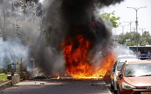 حريق بعد سقوط صاروخ أطلق من قطاع غزة في مدينة أشكلون جنوب إسرائيل، 11 مايو 2021 (JACK GUEZ / AFP)