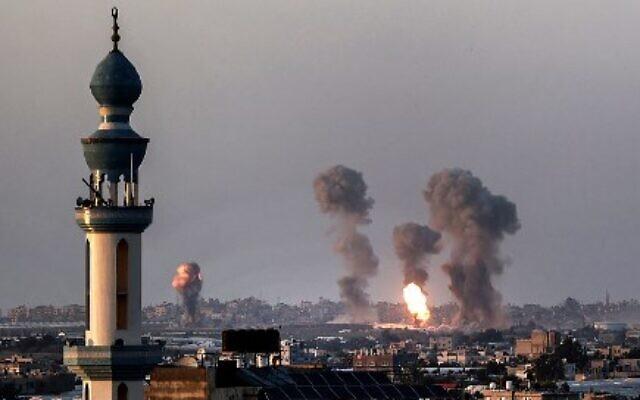 خان يونس جنوب قطاع غزة ، تصاعد الدخان أثناء غارة جوية إسرائيلية ، 12 مايو 2021  (Photo by SAID KHATIB / AFP)