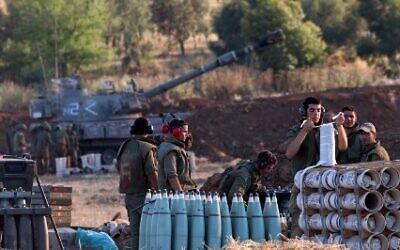 جنود إسرائيليون يعدون قذيفة للإطلاق باتجاه قطاع غزة، جنوب إسرائيل في 13 مايو 2021 EMMANUEL DUNAND / AFP
