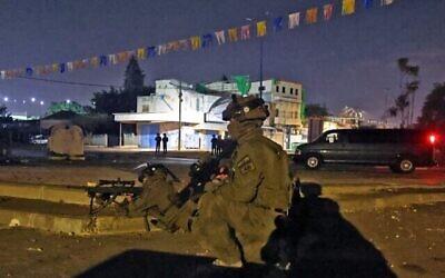 قوات خاصة اسرائيلية تتجمع في مدينة اللد المختلطة بين اليهود والعرب، 13 مايو، 2021. (Ahmad Gharabli / AFP)
