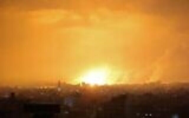 انفجار يضيء السماء في أعقاب غارة جوية إسرائيلية على بيت لاهيا شمال قطاع غزة، 14 مايو 2021. (MOHAMMED ABED / AFP)