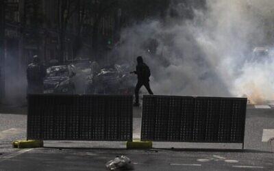 استخدمت الشرطة الفرنسية الغاز المسيل للدموع وخراطيم المياه لتفريق تظاهرة مؤيّدة للفلسطينيين جرت في باريس على الرّغم من أنّ السلطات حظرتها خشية اندلاع أعمال عنف معادية للسامية  May 15, 2021 (GEOFFROY VAN DER HASSELT / AFP)