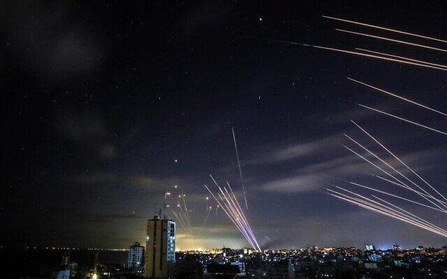 نظام القبة الحديدية للدفاع الصاروخي الإسرائيلي يتعرض الصواريخ التي أطلقتها حركة حماس باتجاه جنوب إسرائيل من بيت لاهيا في شمال قطاع غزة  16 مايو 2021 ANAS BABA / AFP