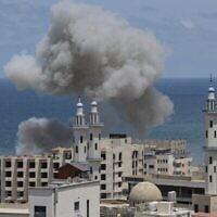 تصاعد الدخان من المنطقة المحيطة بميناء مدينة غزة في أعقاب قصف إسرائيلي من البحر الأبيض المتوسط في 17 مايو 2021، وسط قتال بين الجيش الإسرائيلي وحركة حماس الحاكمة لغزة. (Mahmud Hams/AFP)