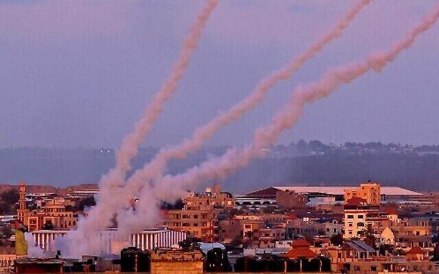 إطلاق صواريخ باتجاه إسرائيل من جنوب قطاع غزة، 17 مايو، 2021.  ( SAID KHATIB / AFP)