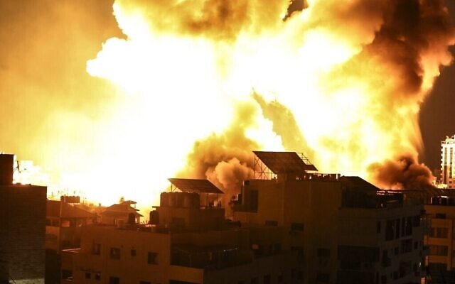 إنفجارات في سماء غزة مع إستمرار المواجهات بين الجيش الإسرائيلي وحماس، 18 مايو 2021  Mahmud Hams/AFP