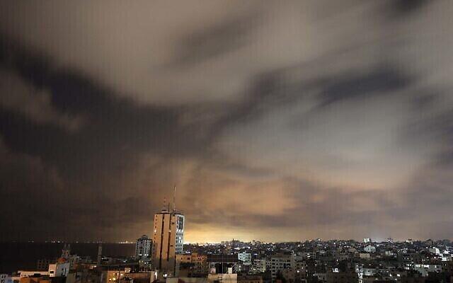 سماء غزة قبل دخول وقف إطلاق النار حيز التنفيذ  20 مايو 2021. (Photo by MOHAMMED ABED / AFP)