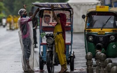 جائحة فيروس كورونا ما زالت متفشية في الهند، صورة خلال يوم ماطر في نيودلهي، 21 مايو 2021  (Photo by Jewel SAMAD / AFP)