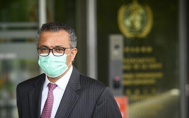 المدير العام لمنظمة الصحة العالمية (WHO) ، تيدروس أدهانوم غيبريسوس، ينتظر وزير الداخلية والصحة السويسري لعقد اجتماع ثنائي على هامش افتتاح الدورة الرابعة والسبعين لجمعية الصحة العالمية في مقر منظمة الصحة العالمية، في جنيف، في 24 مايو، 2021. (LAURENT GILLIERON / POOL / AFP)