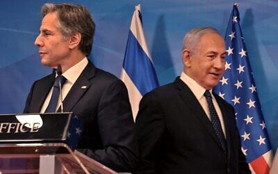 رئيس الوزراء بنيامين نتنياهو (إلى اليمين) ووزير الخارجية الأمريكي أنتوني بلينكن يصلان إلى مؤتمر صحفي مشترك في القدس في 25 مايو 2021 ، بعد أيام من التوصل إلى هدنة بوساطة مصرية أوقفت القتال بين الدولة اليهودية وحركة حماس التي تحكم قطاع غزة. (Menahem Kahana/AFP)