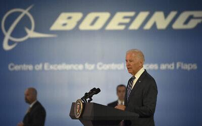 """توضيحية: نائب الرئيس الأمريكي جو بايدن يخاطب العمال والموظفين بعد جولة في مصنع Boeing"""" Aerostructures Australia"""" في ملبورن، أستراليا، 18 يوليو، 2016. (Paul Crock / Pool Photo via AP)"""