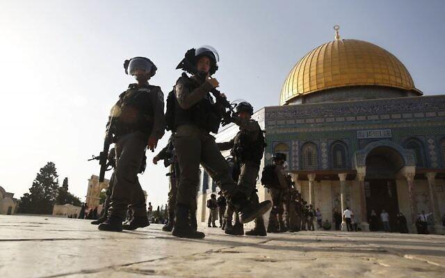 عناصر من شرطة حرس الحدود بالقرب من قبة الصخرة في الحرم القدسي بالبلدة القديمة في القدس، 27 يوليو، 2017. (AP / Mahmoud Illean)