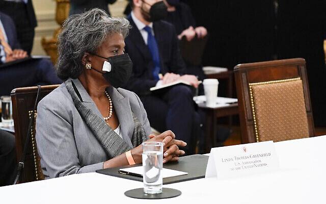 سفيرة الولايات المتحدة لدى الأمم المتحدة ليندا توماس غرينفيلد تحضر اجتماعا لمجلس الوزراء مع الرئيس جو بايدن في الغرفة الشرقية بالبيت الأبيض،  1 أبريل 2021، في واشنطن. (AP/Evan Vucci)