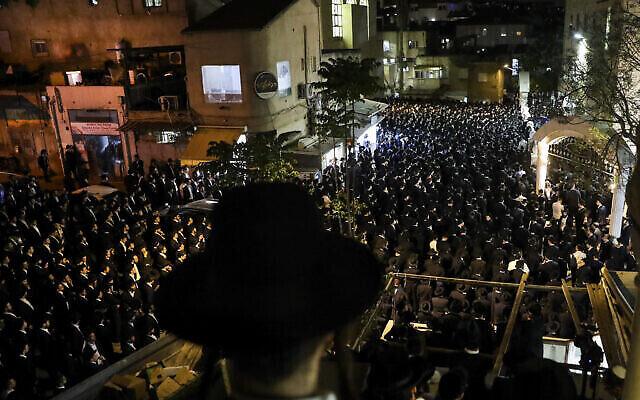 """رجال يهود متشددون يحضرون جنازة يوسي كون (21 عامًا) من كليفلاند، أوهايو، الذي توفي خلال احتفالات """"لاغ بعومر"""" في جبل ميرون، شمال إسرائيل، في القدس، 2 مايو 2021 (AP Photo / Oren Ben Hakoon)"""