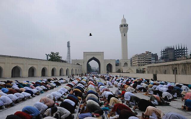 مسلمو بنغلاديش يؤدون صلاة عيد الفطر في مسجد بيت المكرم في دكا، بنغلاديش، 14 مايو، 2021. (Mahmud Hossain Opu / AP)